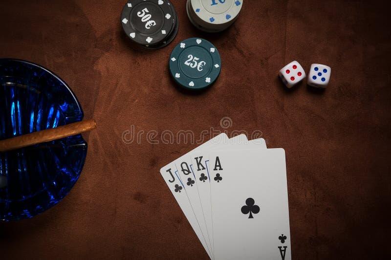 Τσιπ πόκερ και γενικές κάρτες παιχνιδιού στοκ φωτογραφίες