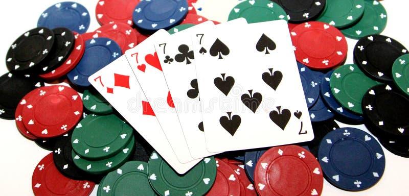 Τσιπ πόκερ και τέσσερα sevens στοκ εικόνες