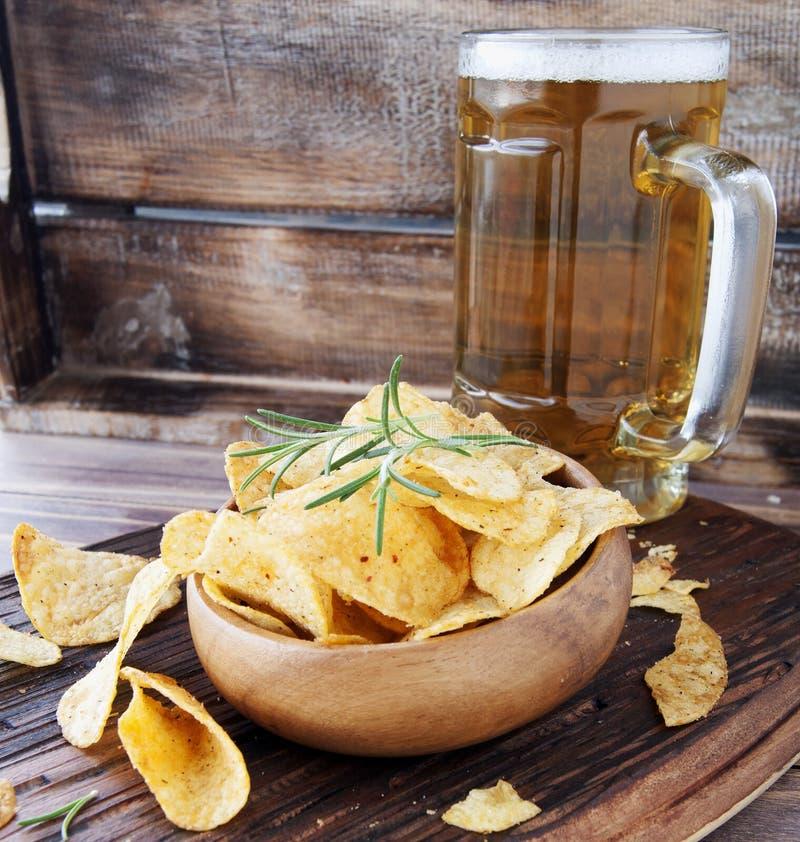 Τσιπ σε ένα ξύλινες κύπελλο και μια μπύρα στοκ εικόνες με δικαίωμα ελεύθερης χρήσης