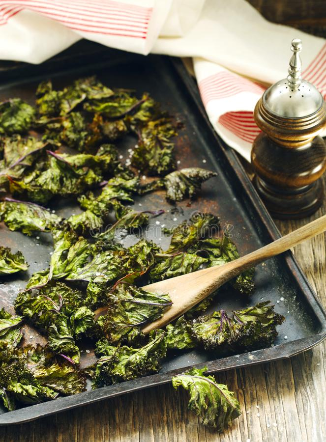 Τσιπ του Kale με το άλας θάλασσας στοκ εικόνες