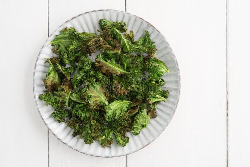 Τσιπ του Kale με το άλας θάλασσας στοκ φωτογραφία με δικαίωμα ελεύθερης χρήσης