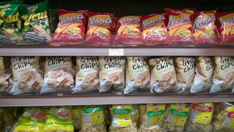 Τσιπ τροφίμων στα ράφια μαγαζιό στοκ εικόνες με δικαίωμα ελεύθερης χρήσης