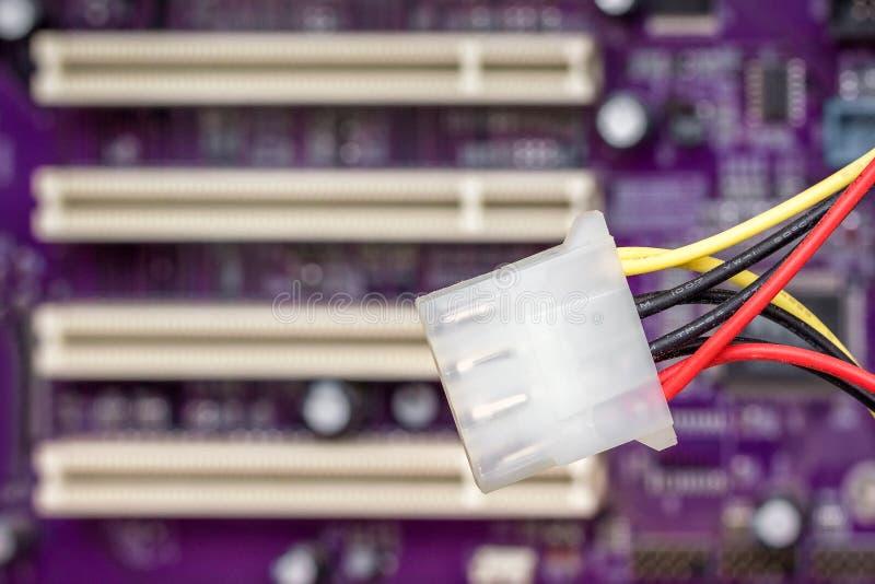 Τσιπ υπολογιστή στο ιώδες χρώμα, στο καλώδιο πρώτου πλάνου για το conne στοκ φωτογραφία με δικαίωμα ελεύθερης χρήσης