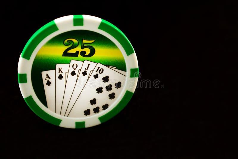 Τσιπ χαρτοπαικτικών λεσχών σε ένα μαύρο υπόβαθρο Παιχνίδι στοκ εικόνες