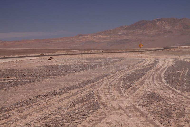 Τυλίγοντας τον ατελείωτο βρώμικο δρόμο πουθενά Pan de Azucar στη παράλια Ειρηνικού, κίτρινο σημάδι που παρουσιάζει αριστερή κατεύ στοκ φωτογραφία με δικαίωμα ελεύθερης χρήσης