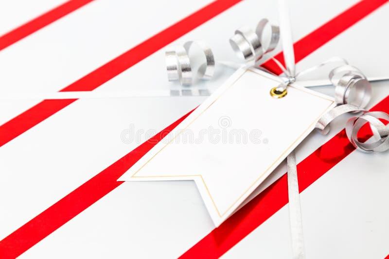 Τυλιγμένη δώρο κενή ετικέττα Χριστουγέννων κινηματογραφήσεων σε πρώτο πλάνο στοκ εικόνα