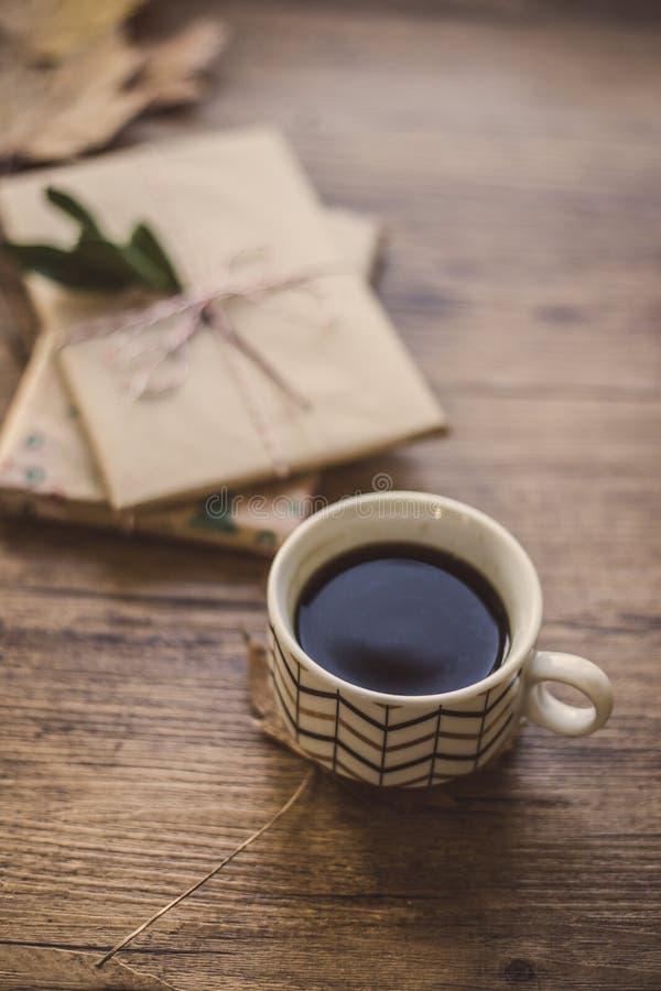 Τυλιγμένοι δώρα και καφές στοκ φωτογραφία με δικαίωμα ελεύθερης χρήσης