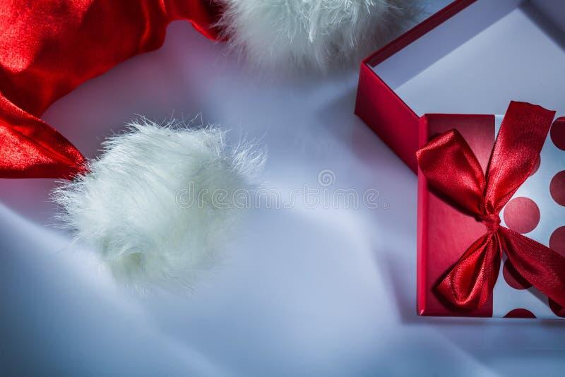 Τυλιγμένο κιβώτιο δώρων Santa ΚΑΠ στο άσπρο υπόβαθρο στοκ εικόνες