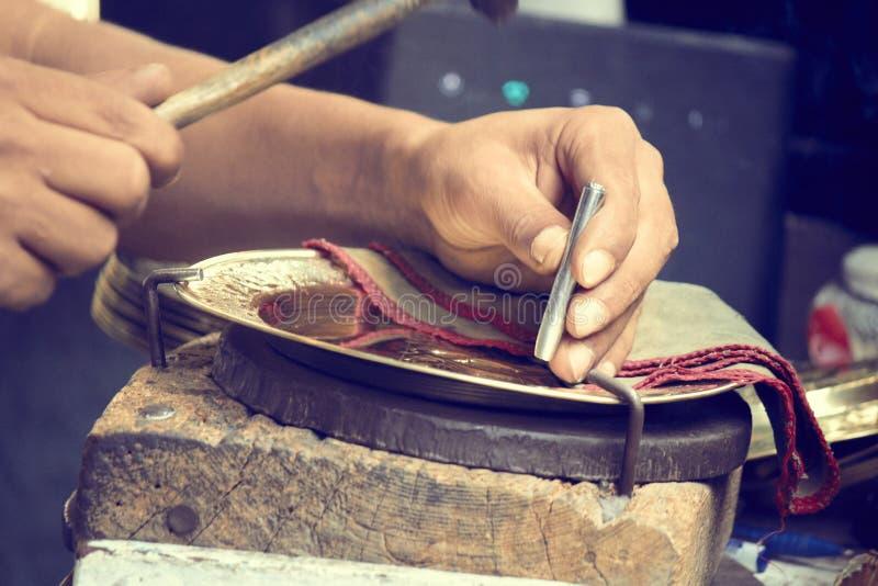 Τυνησιακά άτομα που απασχολούνται και που κάνουν στα παραδοσιακά πιάτα χαλκού στοκ εικόνα