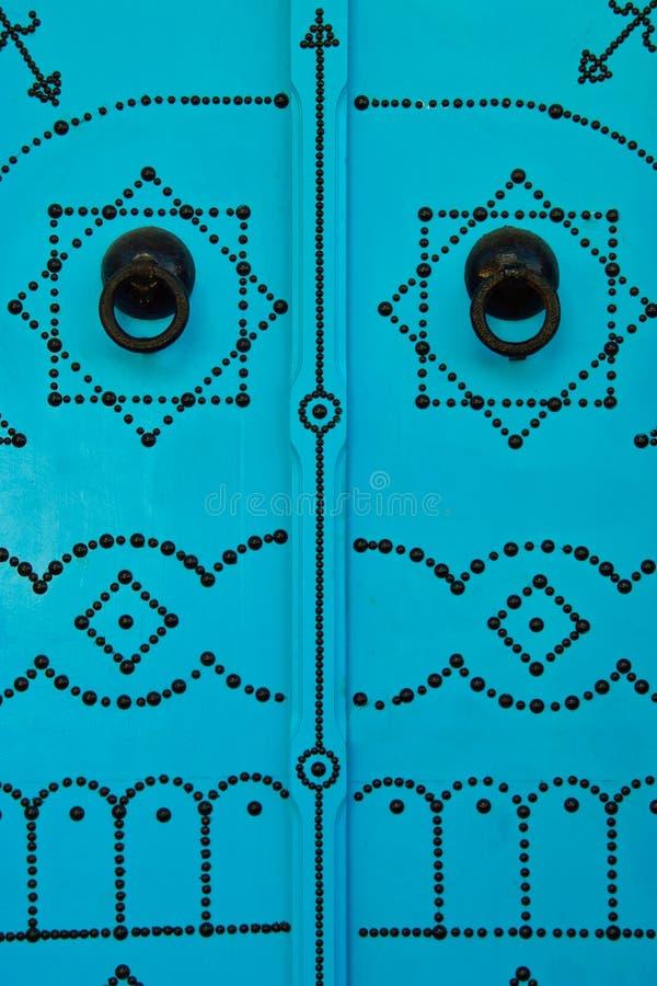 Τυνησιακά πόρτα UEBL και ρόπτρα πορτών στοκ φωτογραφία