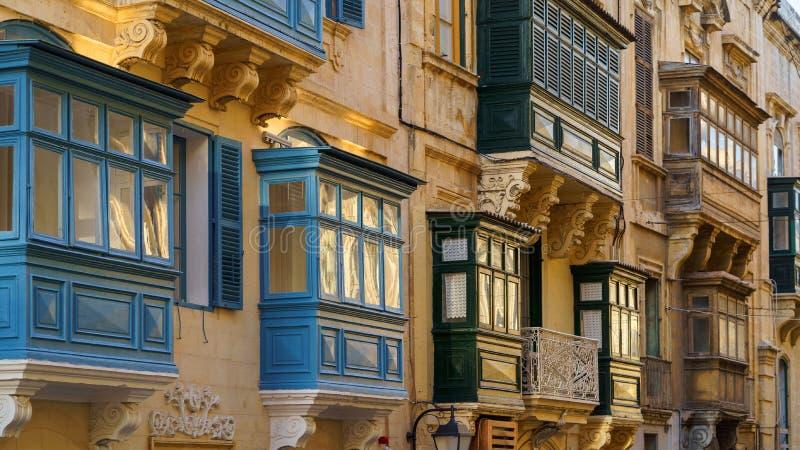 Τυπικά μαλτέζικα καλυμμένα μπαλκόνια στη Βαλέτα της Μάλτας στοκ φωτογραφία