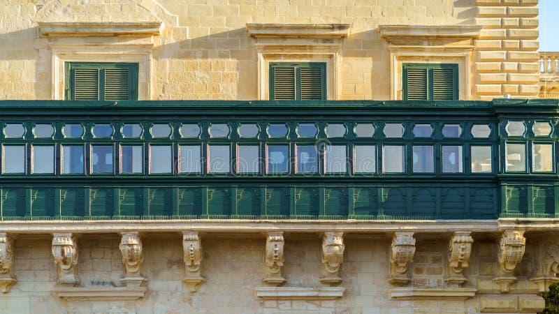 Τυπικά μαλτέζικα καλυμμένα μπαλκόνια στη Βαλέτα της Μάλτας στοκ φωτογραφία με δικαίωμα ελεύθερης χρήσης