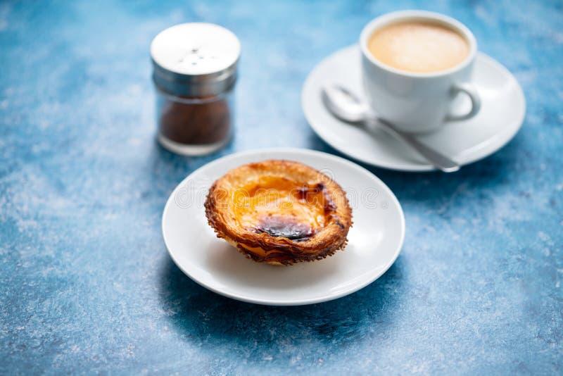 Τυπικό πορτογαλικό παστέλ ντε νάτα με καφέ στοκ εικόνες