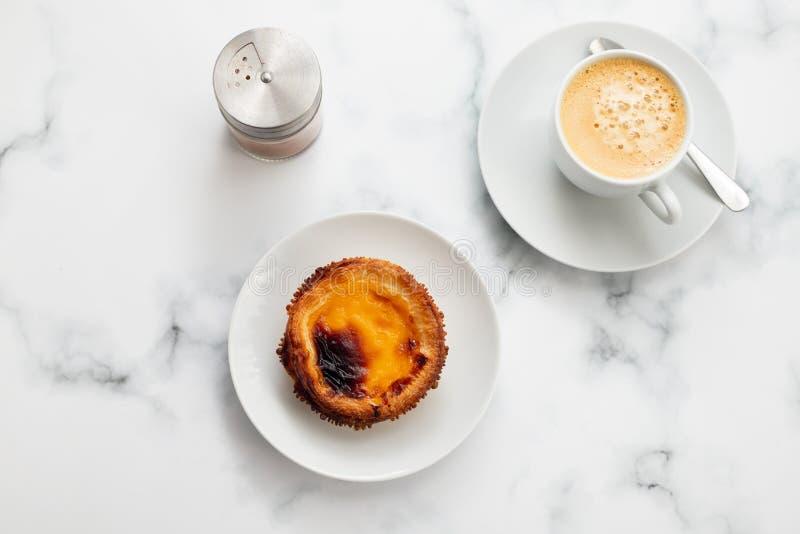 Τυπικό πορτογαλικό παστέλ ντε νάτα με καφέ στοκ εικόνα με δικαίωμα ελεύθερης χρήσης