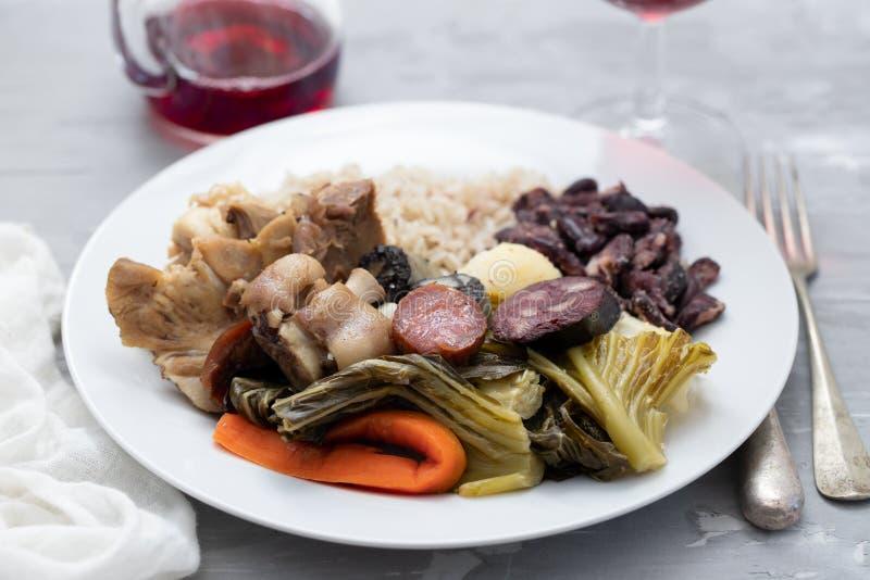 Τυπικό πορτογαλικό πιάτο βραστό κρέας, καπνιστά λουκάνικα, λαχανικά και ρύζι στοκ φωτογραφία με δικαίωμα ελεύθερης χρήσης