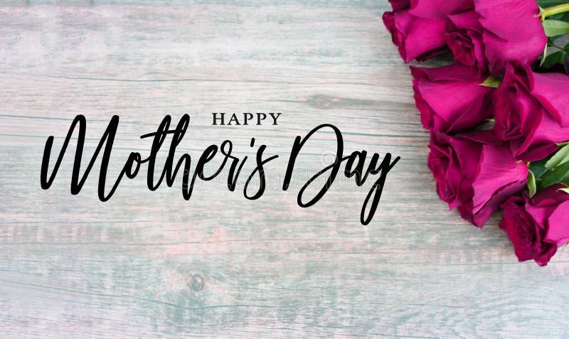 Τυπογραφία ημέρας της ευτυχούς μητέρας με τα ζωηρόχρωμα ρόδινα τριαντάφυλλα στη γωνία απεικόνιση αποθεμάτων