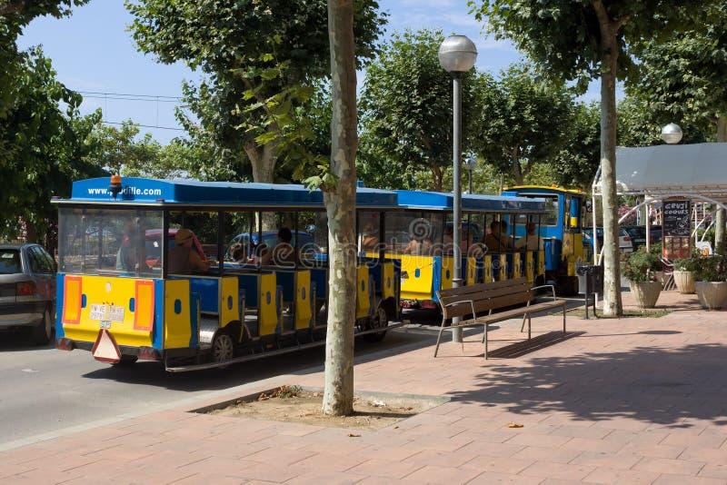 Τυποποιημένες μεταφορές τραίνων στις οδούς Calella στοκ φωτογραφία