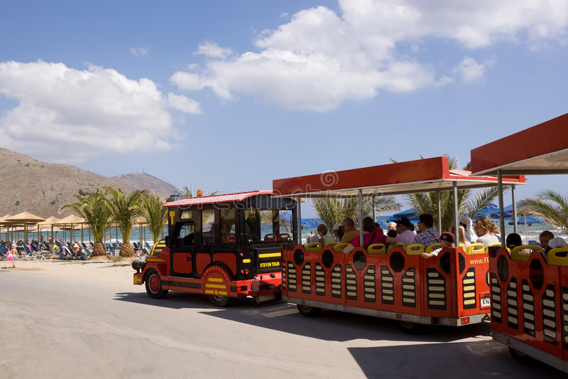 Τυποποιημένες μεταφορές τραίνων στις οδούς Georgioupolis στοκ εικόνα με δικαίωμα ελεύθερης χρήσης