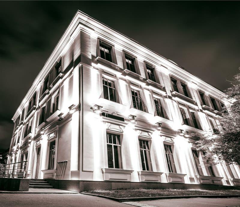 Τυποποιημένη εμπορική αρχιτεκτονική τη νύχτα στοκ εικόνες