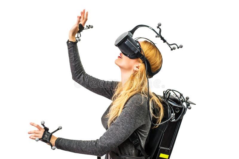 Τυποποιημένο κορίτσι εξοπλισμού στη λέσχη εικονικής πραγματικότητας στοκ εικόνες