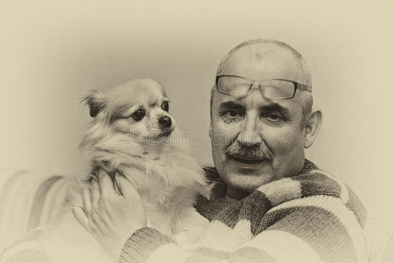 Τυποποιημένο πορτρέτο του ατόμου και του χαριτωμένου μικρού σκυλιού του στοκ φωτογραφία με δικαίωμα ελεύθερης χρήσης