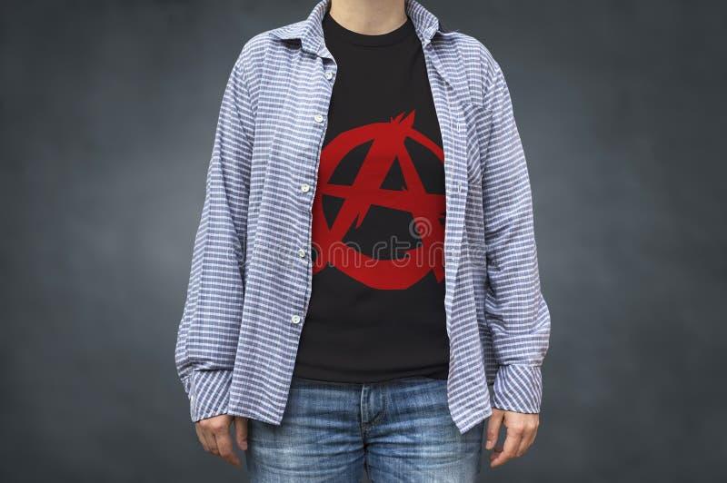 Τυπωμένη ύλη συμβόλων αναρχίας στην μπλούζα, πολιτικό μήνυμα στοκ φωτογραφίες