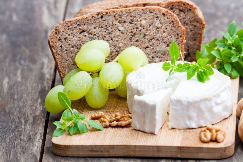 Τυρί αιγών με τα φρούτα και ολόκληρο το ψωμί σιταριού στοκ εικόνες με δικαίωμα ελεύθερης χρήσης