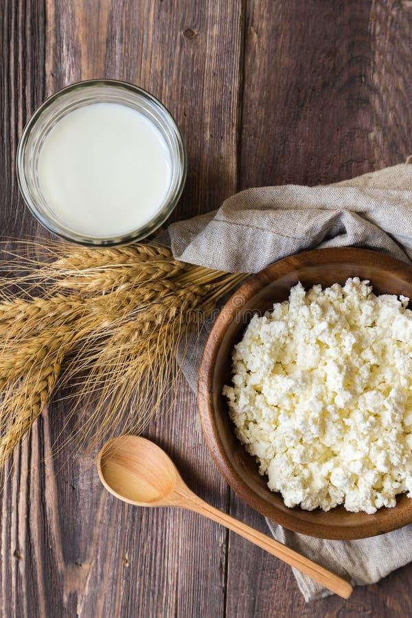 Τυρί εξοχικών σπιτιών, γάλα και αυτιά του σίτου στοκ φωτογραφία με δικαίωμα ελεύθερης χρήσης