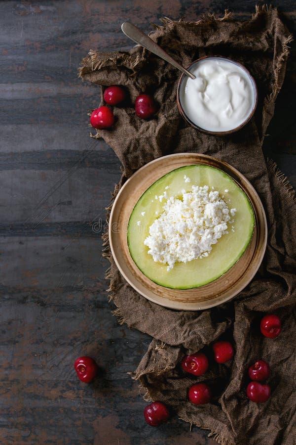 Τυρί εξοχικών σπιτιών στο πεπόνι στοκ εικόνα με δικαίωμα ελεύθερης χρήσης