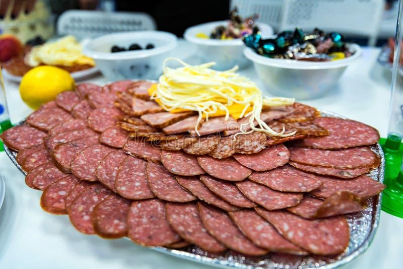 Τυρί και κρέας φετών στο πιάτο στον πίνακα γευμάτων στοκ φωτογραφία με δικαίωμα ελεύθερης χρήσης