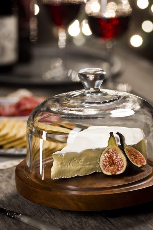 Τυρί και κρασί της Brie στο κόμμα διακοπών στοκ εικόνες με δικαίωμα ελεύθερης χρήσης