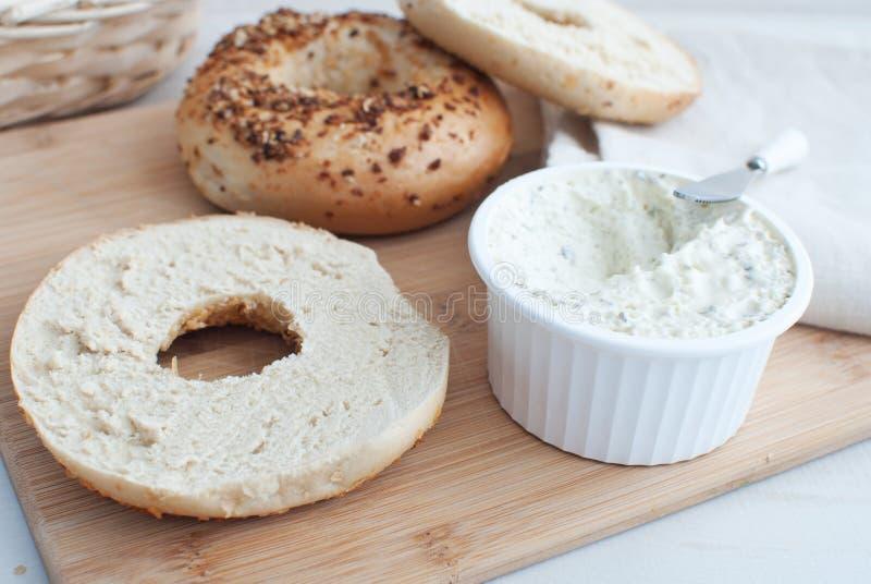 Τυρί κρέμας με το σκόρδο και τα χορτάρια και bagels στοκ εικόνες