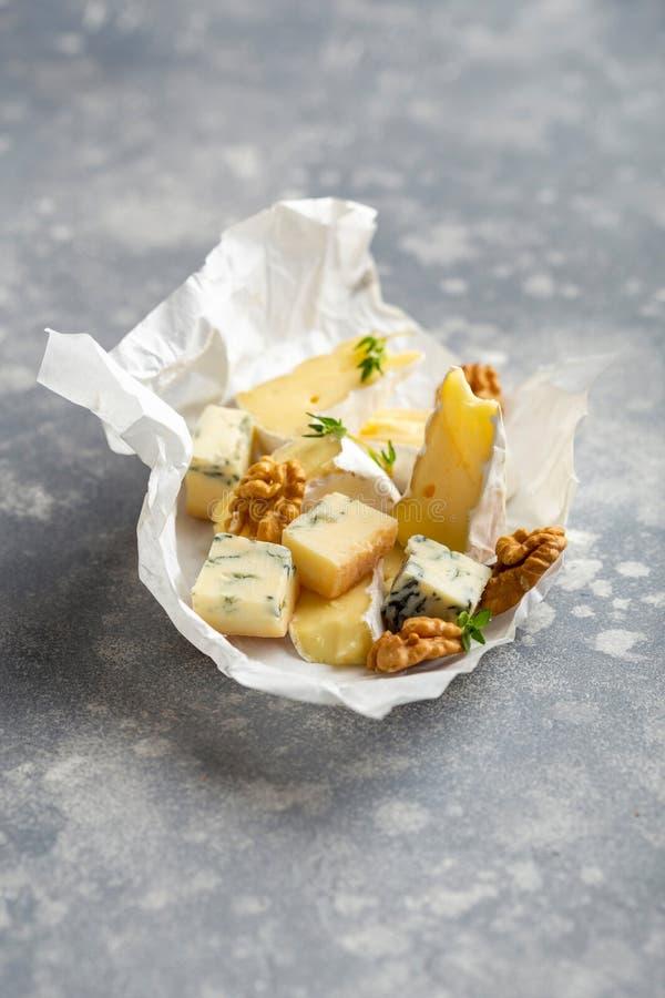 Τυρί με το θυμάρι και τα καρύδια στοκ εικόνα