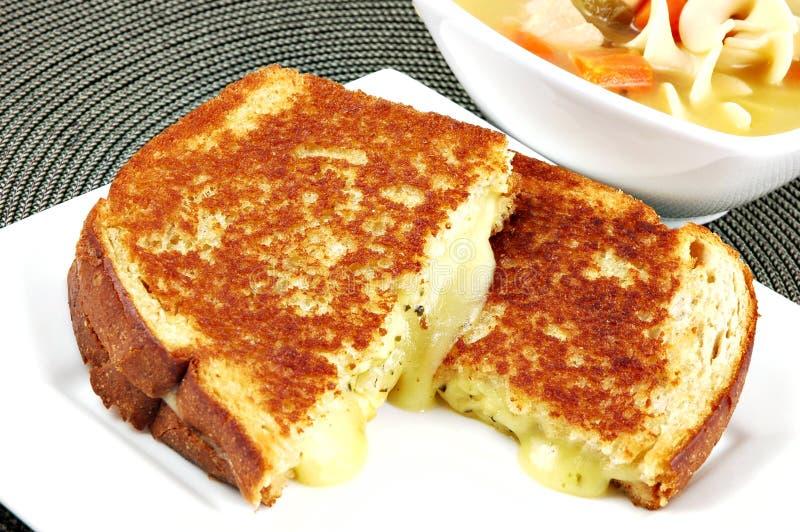 τυρί που ψήνεται στη σχάρα στοκ εικόνα