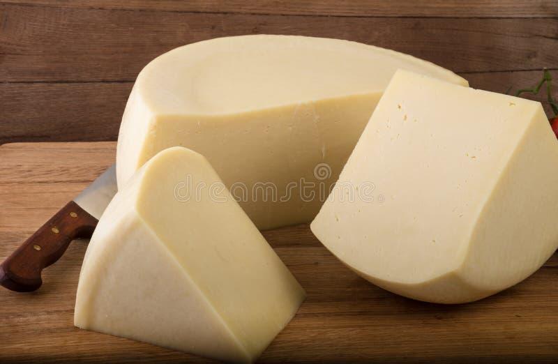 Τυρί στο ξύλινο υπόβαθρο στοκ εικόνες