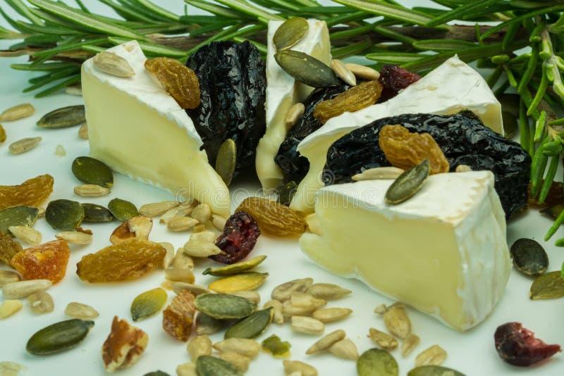 Τυρί της Brie με τα καρύδια στοκ φωτογραφία με δικαίωμα ελεύθερης χρήσης