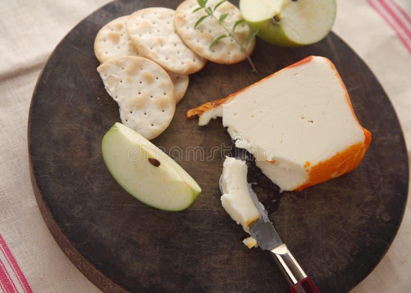 Τυρί Salut λιμένων με τις κροτίδες και το μήλο στοκ φωτογραφία