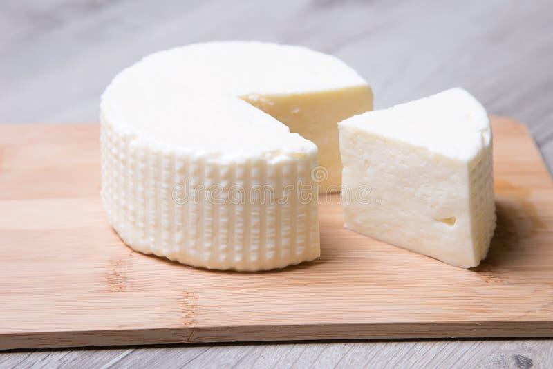 Τυρί Tzfat Ισραηλινό παραδοσιακό τυρί Σύμβολο των εβραϊκών διακοπών Shavuot στοκ φωτογραφία με δικαίωμα ελεύθερης χρήσης