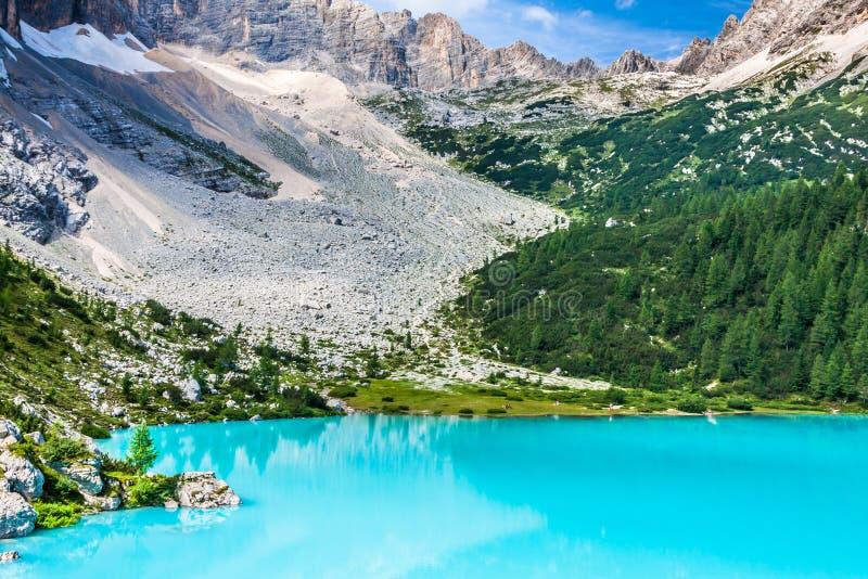 Τυρκουάζ λίμνη Sorapis στο d'Ampezzo Cortina, με το δολομίτη Moun στοκ εικόνα με δικαίωμα ελεύθερης χρήσης