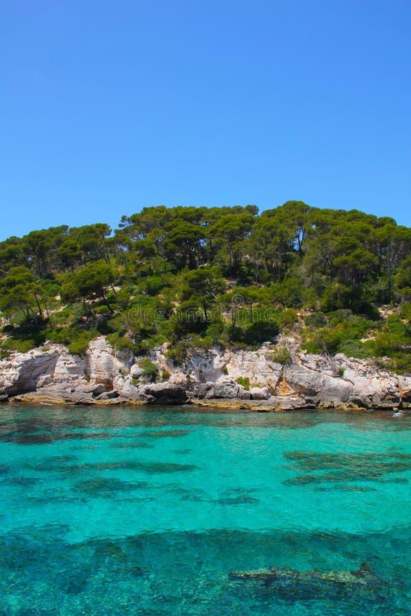 Τυρκουάζ θάλασσα Cala Caldana Menorca Ισπανία στοκ φωτογραφία