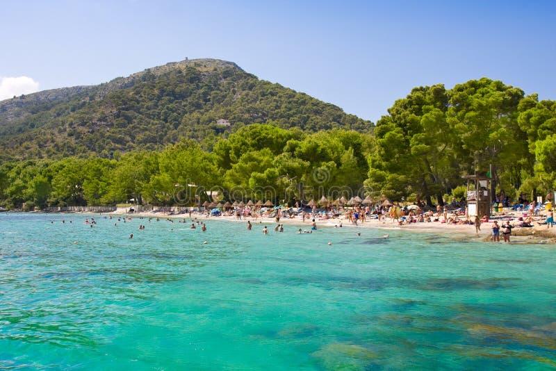 Τυρκουάζ θέα βουνού νερού κόλπων θάλασσας παραλιών, Cala pi de Λα Posada, Majorca, Ισπανία στοκ φωτογραφίες