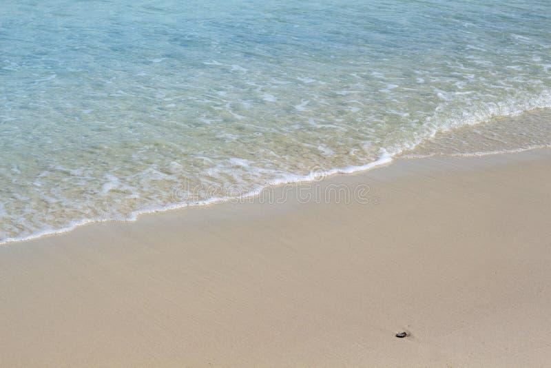 Τυρκουάζ θαλάσσιο νερό στο υπόβαθρο φωτογραφιών παραλιών άμμου Κύμα στην άσπρη άμμο παραλιών Τροπική ειδυλλιακή άποψη ακτών στοκ εικόνες