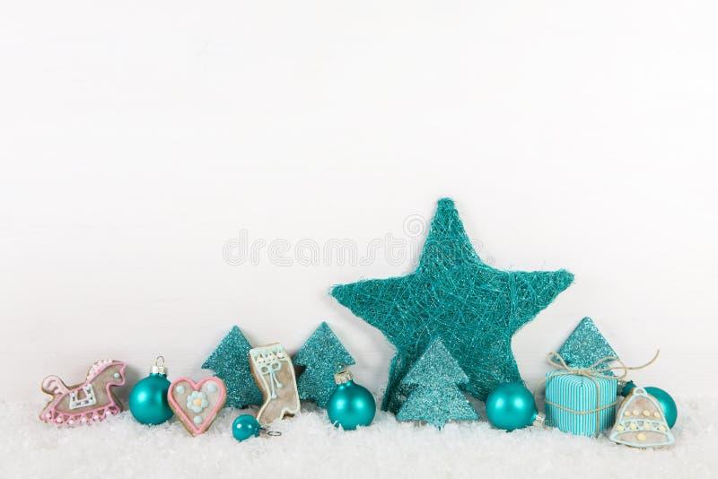Τυρκουάζ διακόσμηση Χριστουγέννων στο ξύλινο υπόβαθρο με το χιόνι στοκ φωτογραφίες με δικαίωμα ελεύθερης χρήσης