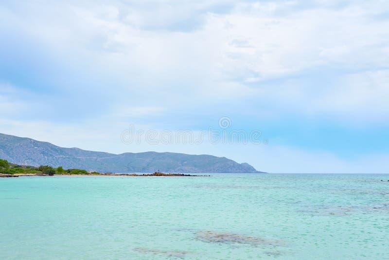 Τυρκουάζ μπλε θαλάσσιο νερό σε μια λιμνοθάλασσα κάτω από έναν νεφελώδη ουρανό στοκ φωτογραφίες με δικαίωμα ελεύθερης χρήσης