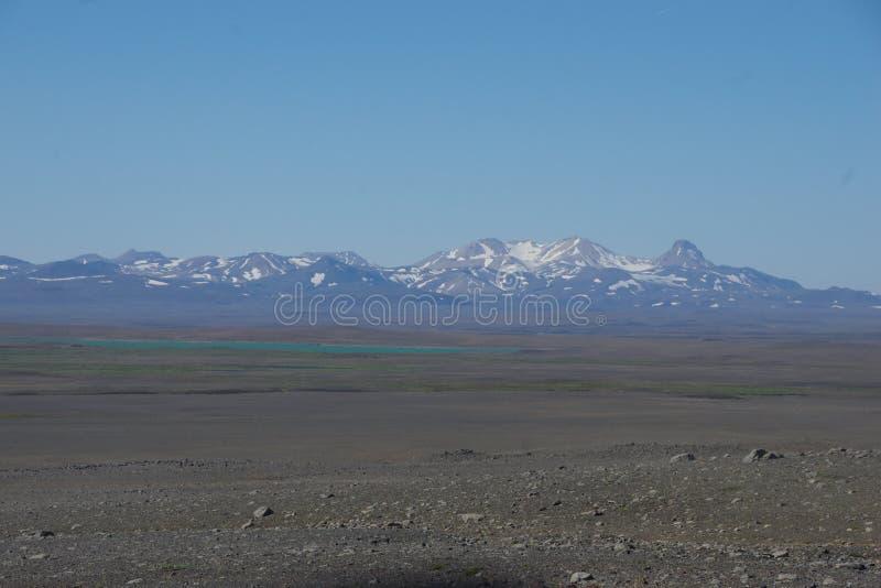 Τυρκουάζ μπλε λίμνη της Ισλανδίας σε μια πεδιάδα της τέφρας στοκ φωτογραφίες