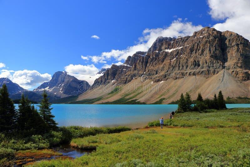 Τυρκουάζ νερά της λίμνης τόξων, εθνικό πάρκο Banff, Αλμπέρτα στοκ φωτογραφίες
