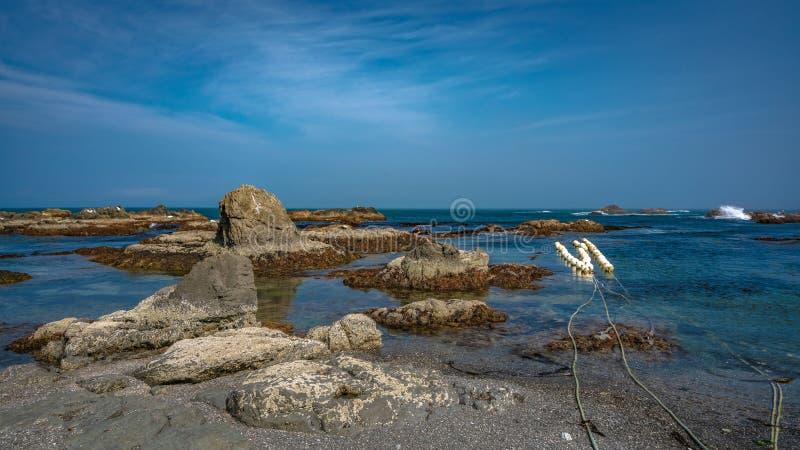 Τυρκουάζ πέτρινη άποψη θάλασσας παραλιών στοκ εικόνα