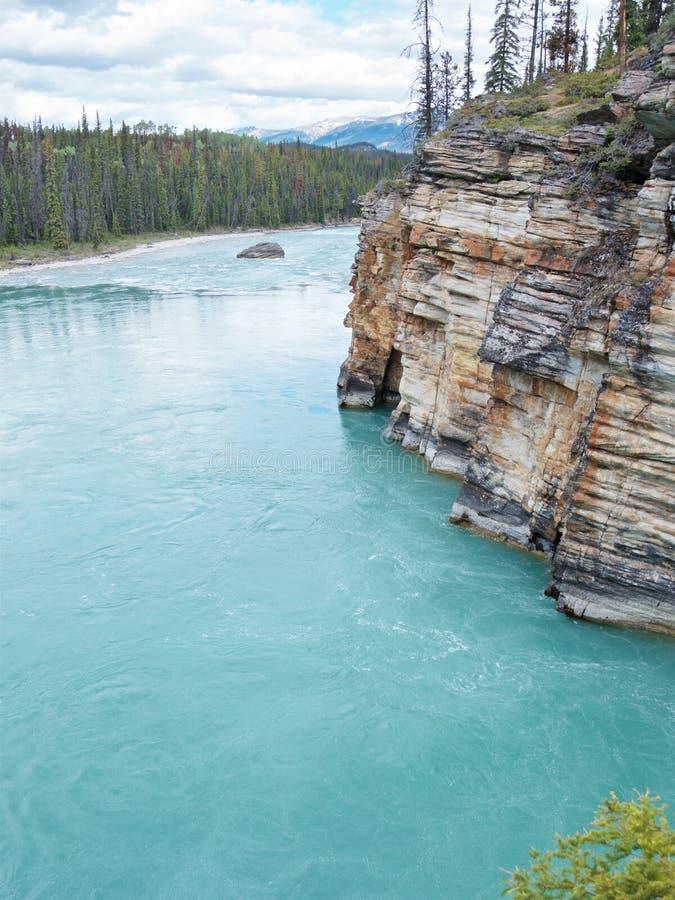 Τυρκουάζ ποταμός Athabasca που ρέει γύρω από τους γραφικούς βράχους στοκ φωτογραφία με δικαίωμα ελεύθερης χρήσης
