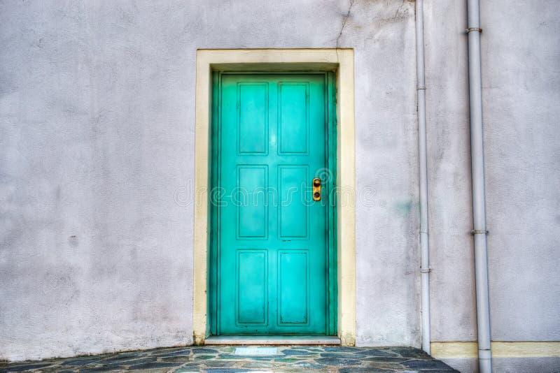 Τυρκουάζ πόρτα σε έναν γκρίζο τοίχο στοκ φωτογραφία με δικαίωμα ελεύθερης χρήσης