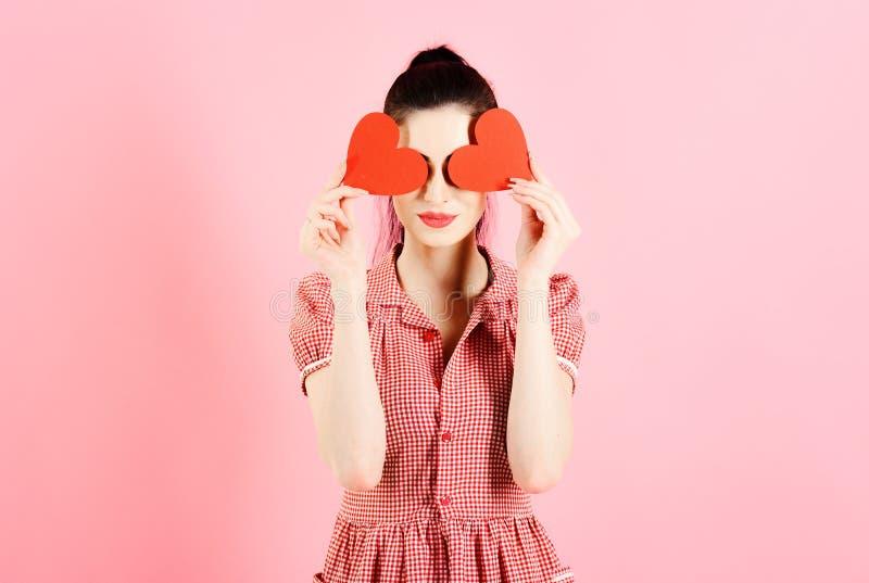 τυφλή αγάπη έννοιας Το κορίτσι με τις κόκκινες καρδιές είναι τυφλό από την αγάπη στοκ εικόνες